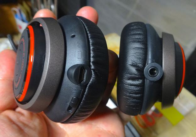 Jabra REVO Wireless No - 09:Micro USB端子と音声端子