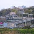 写真: 中部大学正門へと続く坂道