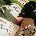 写真: 本日、京都より到着したものたち。包装紙には牧水の歌。さぁ、茶を飲むか!