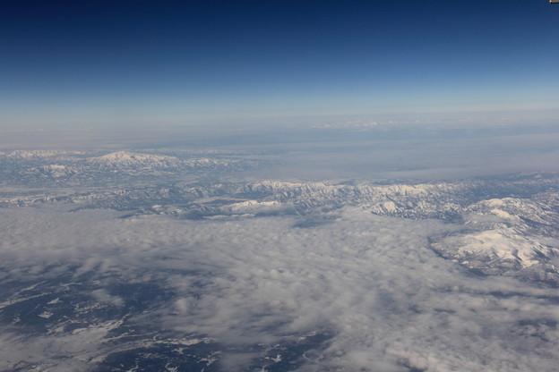 冬の山々と漂う雪雲