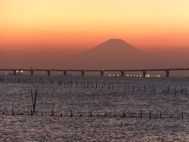 写真: アクアラインと富士山