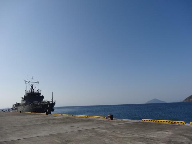黒根港に停泊中の水中処分母船 YDT03
