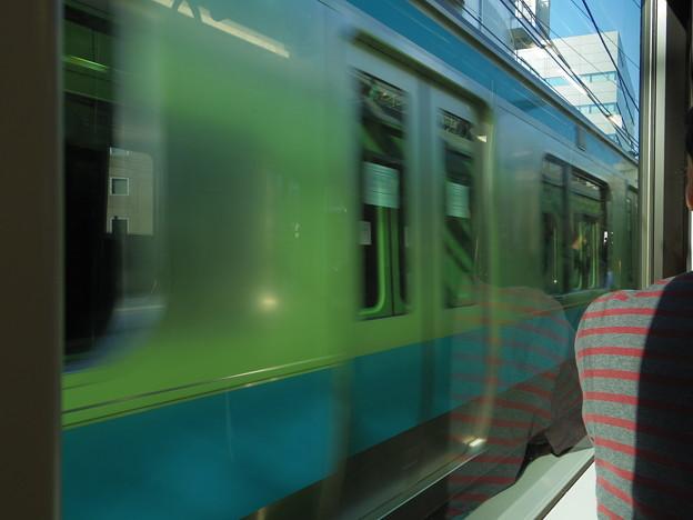 京浜東北に反射するみどり。
