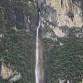 大岩壁の裂け目から流れ落ちる滝