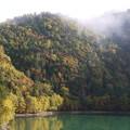 秋色に染まる湖畔