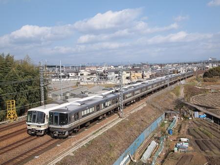 223系新快速と221系快速の併走 東海道本線名神クロス