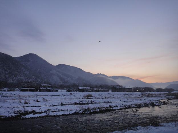 夜明け前の川と空と山と鳥