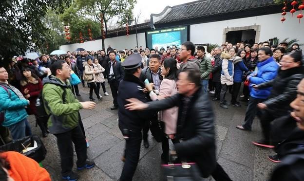 紹興 魯迅故宮で旅行客の喧嘩 (7)