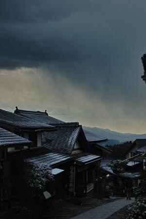 雪雲迫る宿場