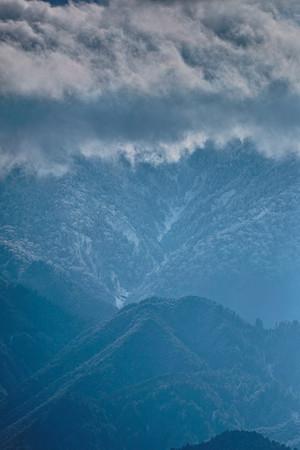 里山と雪雲と