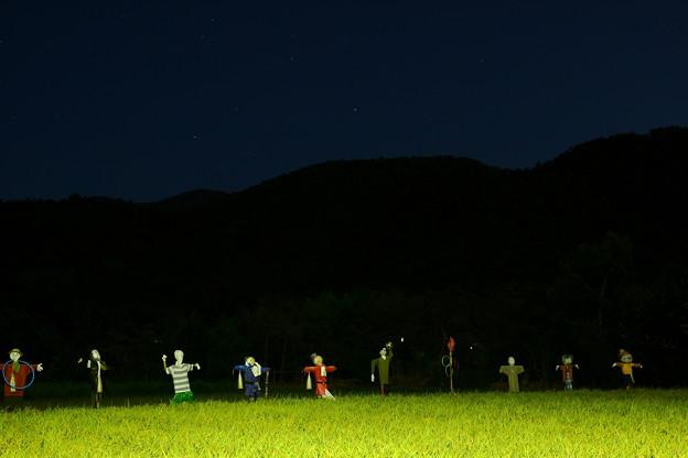 暗い夜空の明るい農村
