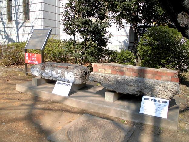 都電荒川線_王子駅前駅界隈:旧渋沢家飛鳥山邸-11露台下より出土した「まぐさ」(左)と露台基礎-01