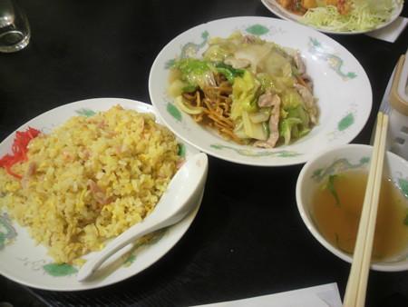 打ち上げ会場の中華料理店にて。チャーハンとかた焼きそば。美味!イ...