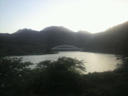 SLばんえつ物語新潟行き。阿賀野川の向こうの山々に、夕日が沈んでい...