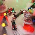 写真: 長靴の横を通過@2012クリスマス