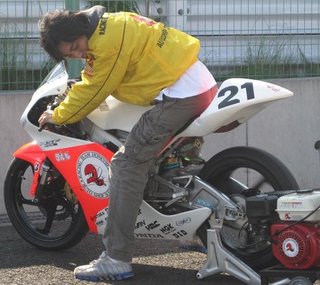 写真: 275 21 渥美 心 レーシングチームハニービー NSF250R