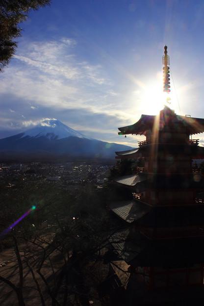 後光の中の富士山と塔(縦Ver.)