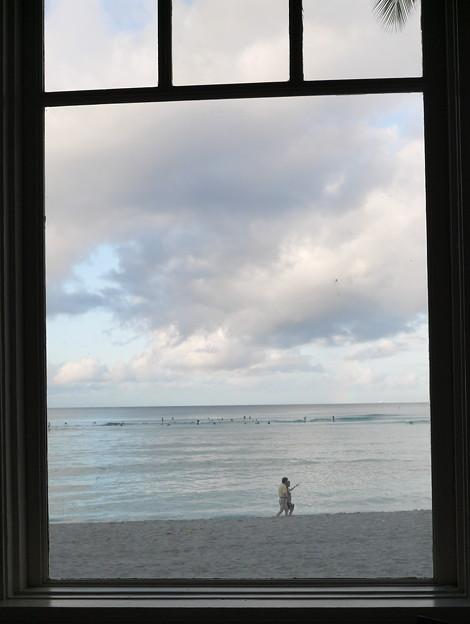 窓のある浜辺