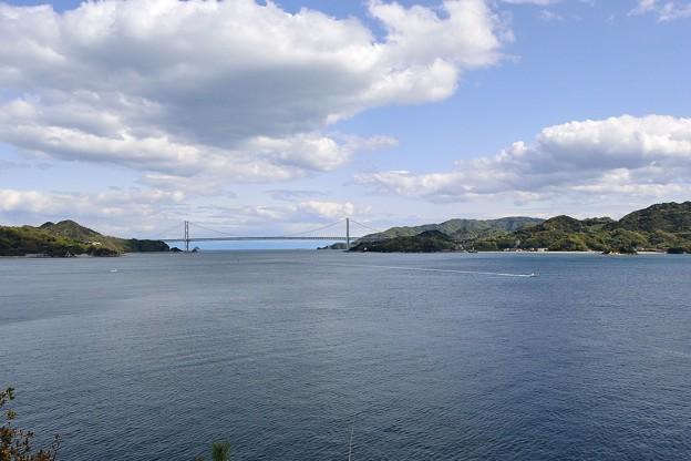 ネイビーブルーの海と因島大橋