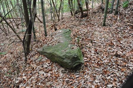 今泉古墳石室前の石