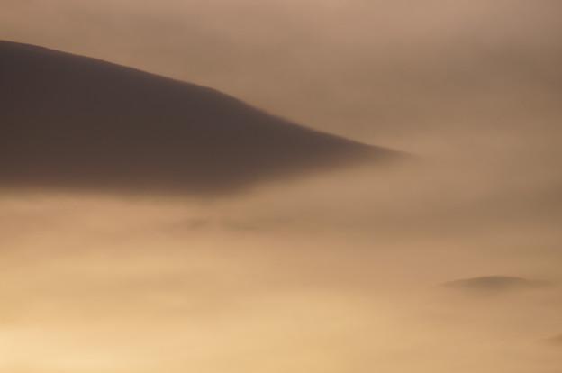 雲海に浮かぶ黒山のような