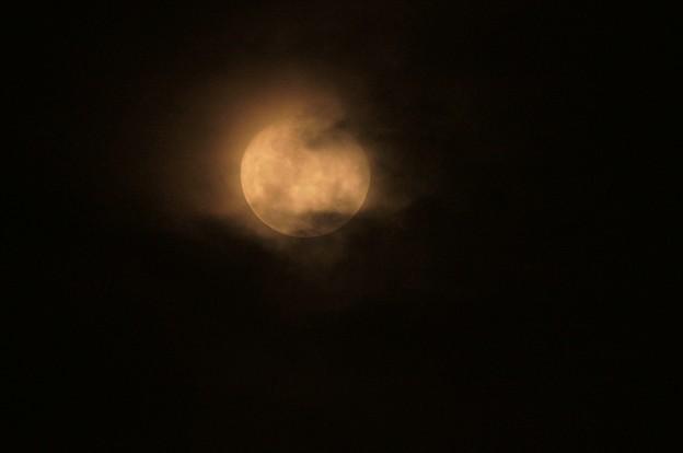 雲越しの赤い朧月 1