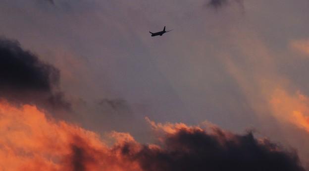 夕景・・夕焼け空を飛ぶ787