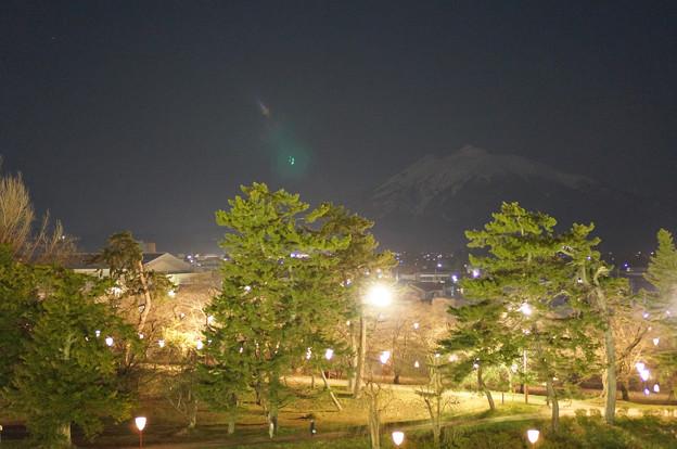 闇に浮かぶ岩木山