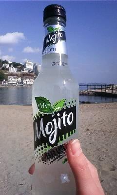 写真: 熱海の海で昼間から酒!酔わ...