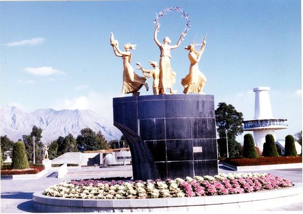 文化公園の彫刻とマリンパークの塔