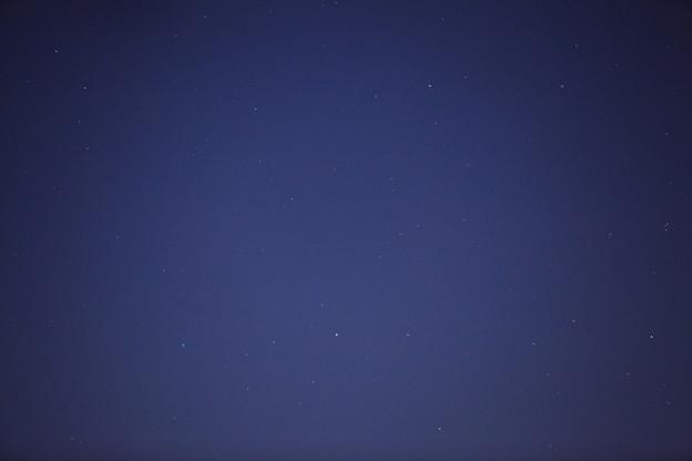 薄明の空のアイソン彗星