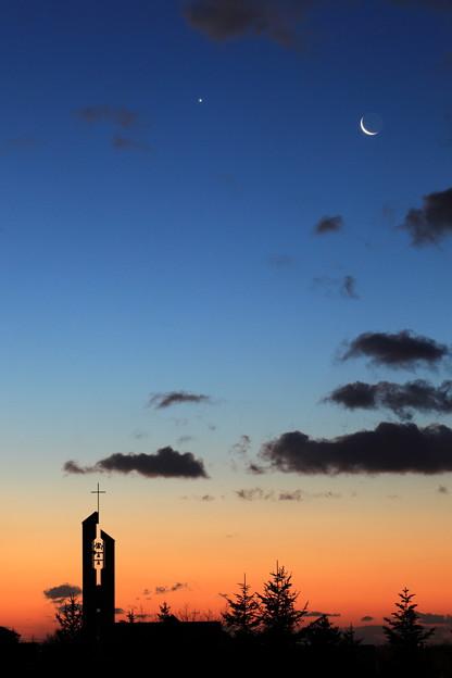 朝焼けの二重奏:金星と月