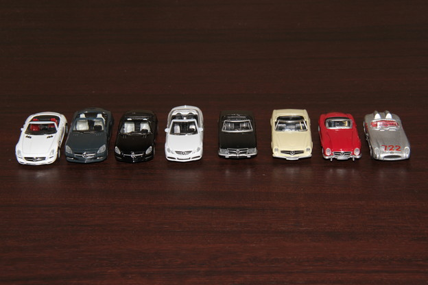 ジョージアのメルセデス・ベンツ ダイキャストオープンカー。左からSLS、SLK、SL、E、350SL、230SL、300SL、300SLR。1