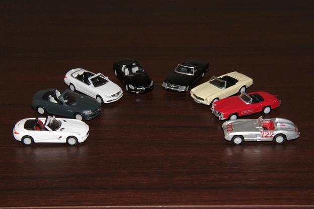 ジョージアのメルセデス・ベンツ ダイキャストオープンカー。左から時計回りでSLS、SLK、E、SL、350SL、230SL、300SL、300SLR。