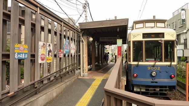 レトロ調な電停と電車