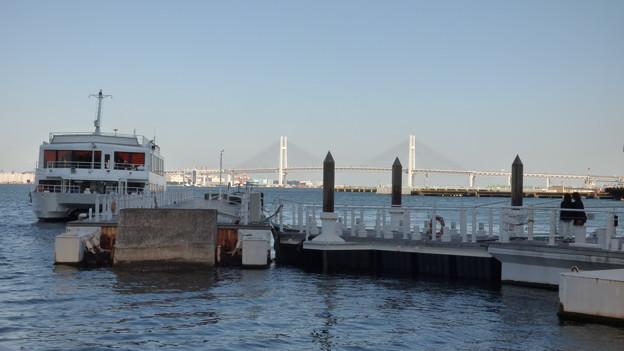 ベイブリッジを背景に…(1)