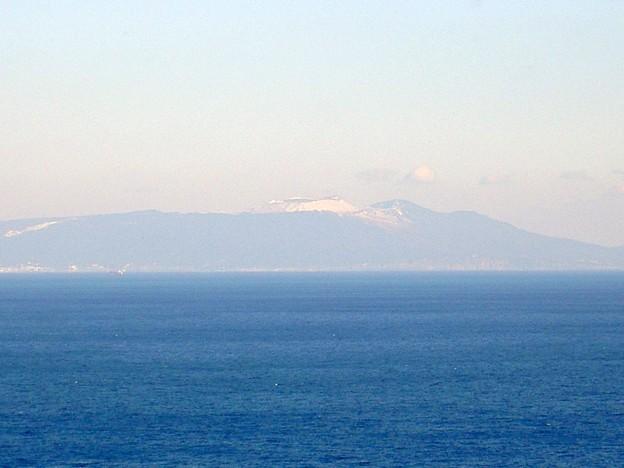 尾ヶ崎ウイングから見た冠雪した伊豆大島(静岡県下田市)