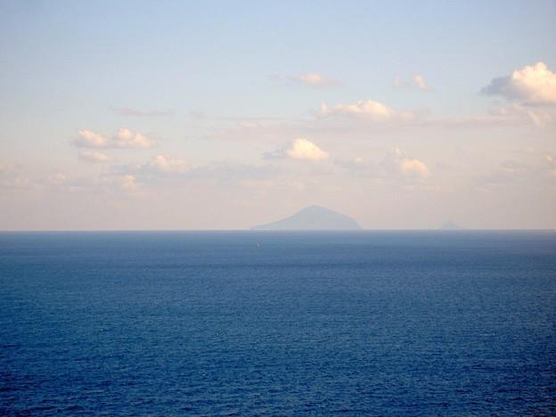 尾ヶ崎ウイングから見た利島(静岡県下田市)