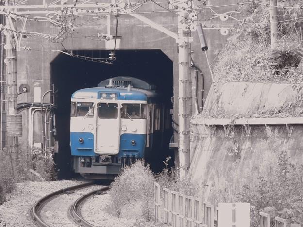 トンネル出るとモノクロ空間