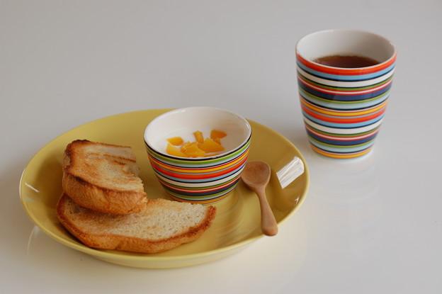 イッタラ ティーマイエローとオリゴオレンジで朝ごはん。
