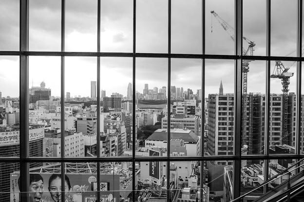 Photos: シアター・オーブのロビーから新宿方面を望む