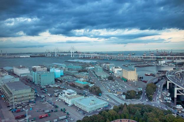 雲の下の横浜ベイブリッジ