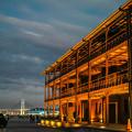 写真: 横浜赤レンガ倉庫の黄昏と月@SIGMA-DP2Merrill