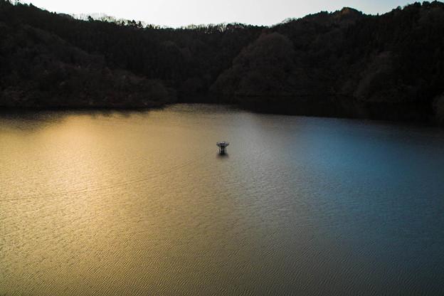 静かに2012年最後の夕陽を映す湖