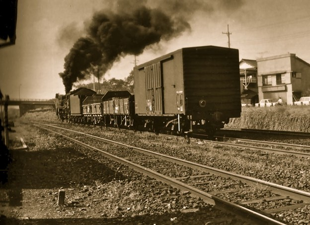 昭和40年代初頭、八高線拝島駅を出発する蒸気機関車