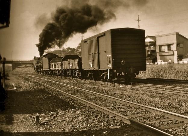 Photos: 昭和40年代初頭、八高線拝島駅を出発する蒸気機関車