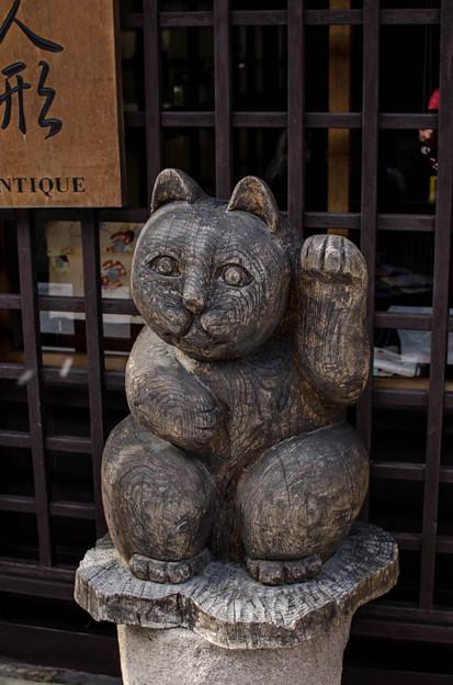 木彫りの左手挙げの招き猫