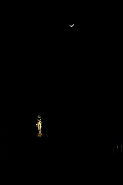 闇の中の大谷観音と月2011/3/9-4