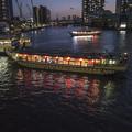 黎明橋から屋形船を臨む