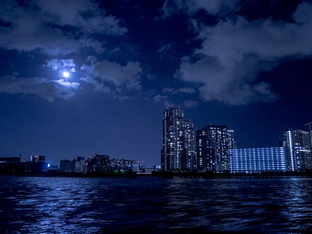 屋形船から見る月と都市景観